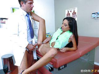 Порно доктор трахает пациентку